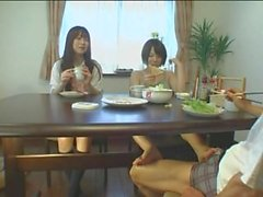 Japonês sob a mesa com os pes