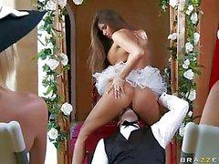 Madelyn Maria heiß Braut sitzen auf dem sichts ihrer groom
