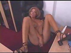 Transexual de Office complace Ella Misma en una mesa