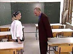 koulutyttö naida häntä opettajaluokkahuoneessa