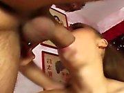 Teenager che Bionda gioca con la sua figa pelosa
