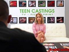 Casting petite teen wird in den Mund gespritzt