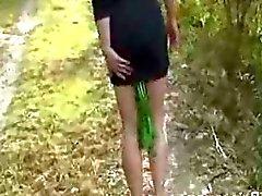 Vegetales anales inmenso escondido en su culo en un bosque pública
