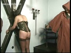 À chaud l'esclave totalement nu seule porter un masquée lié à un mur est touchée d'un fouet le son beau cul