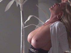Славные сиськи демонстрироваться ИФОМ в Goddess Kelly Мэдисон