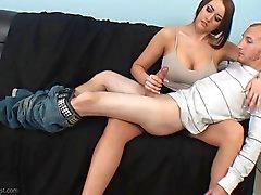 Alexis Gnaden Handjob Position auf ihrem Schoß