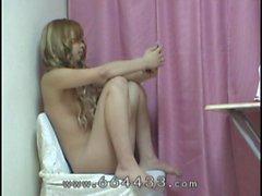 Peeping os nus de adolescentes meninas japonesas de sob a mesa