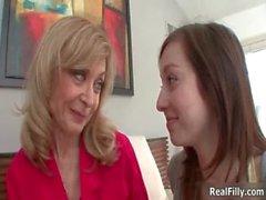 Rubias y triguenas lesbianas atractivas