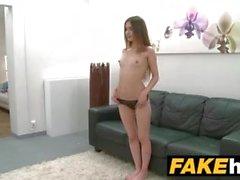 Sahte Ajan Skinny modeli, sert seksi bir kanepede bir sanat formu yapar
