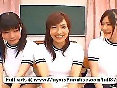 Подросток японские школьницы в классной комнате