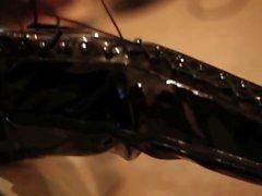 Ein Latex Mädchens (schwarz Latex ... Oberschenkel hohe Schuhe pac )