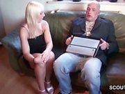 Opa fickt 18-jaehrigen loira Teen Maus wenn Eltern nicht da
