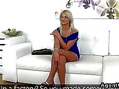 Beautiful blonde Amateur knallt -Agent auf die Couch