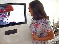 Flirty Latina Leona Dulce nimmt aus Fher Jeans