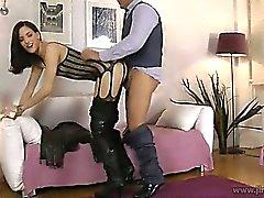 Sexy de coquine RU montre ses des seins couverts fishnet de
