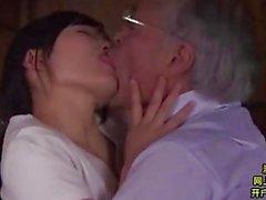 Midori Shino freut sich über ihren alten Schwiegervater