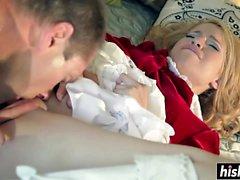 Nette blonde Teenie bekommt ihr Reißen gebohrt