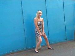 Blonde Babe Axa Jays aventures exhibitinist et clignotant en plein air