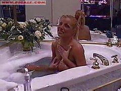 Sheena nella vasca da bagno in webcam