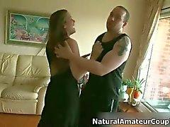 Azgın esmer fahişe göğüsleri ovuşturdu alır