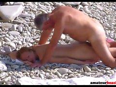 Giovane moglie di nudisti scopato sulla spiaggia pubblica