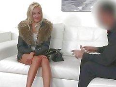 FakeAgent Blonde sehnt harten Schwanz zwischen ihre schönen großen Titten