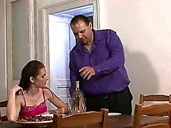 Toimitus poika maksaa sekoittimen hienontaa nuori vaimo