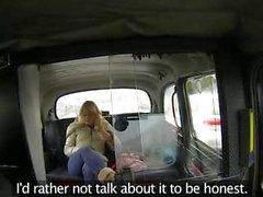 Superbe foufoune blonde plantureuse se lécha dans la cabine porteur