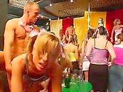 Pintainhos da festa inútil chupando dicks O no clube de
