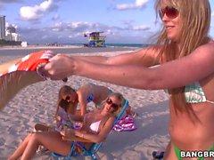 Trisha Uptown Lesbische und ihrem Freunde auf dem Strand