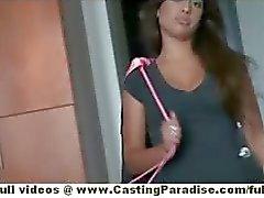 Jynx doolhof amateur latina brunette met natuurlijke tieten doet pijpbeurt