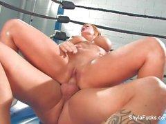 Busty blonde Shyla Stylez hat einige Hardcore-Training