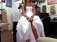Hübsche blonde baby Figuren ihrem Brautkleid und klopfte
