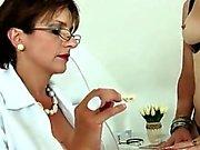 Unfaithful британский зрелая дама Сония мигает ее большие сиськи