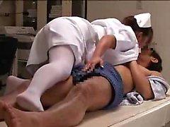 A enfermeira japonesa Horny com hooters grandes sabe exatamente que
