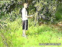 Sex Homosexuell das niedliche blonde träge entkleidet aus seinem Bekleidung er