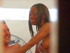 versteckten Voyeurs Filme zwischen verschiedenen Rassen Paar im Schlafzimmer