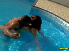 Big boobed nudi slut brazilian Mayara Shelson si diverte a in piscina