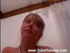Cute Italian Blondine geht auf eine ältere Penis und saugt und wird bohrt