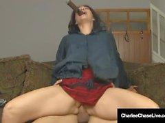 Cigarrökande Charlee Chase Gets Pussy Banged medan rökning!