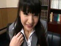 Sensuell asiatisk dam i exponeringsglas stoltserar hennes stora klantskallar samt SU
