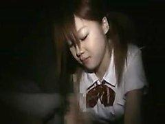 vista POV de um adolescente asiático dando a cabeça e sacudindo-o o