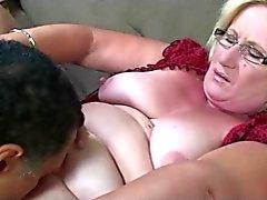Blonda Granny i glasögon Pussy slickas