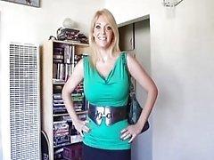 Sexy MILF genießt Rucken