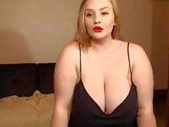 Spettacolo di webcam per una ragazza bianca carina con un seno enorme