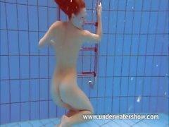 Pelirrojo Katka juegan bajo el agua