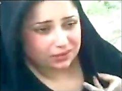 иракским застенчивым милый женщины показаны расщеплени молочного цвета