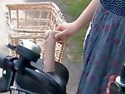 Asian teen Süßigkeiten bekommen twats ganz nass beim Fahren das Motorrad