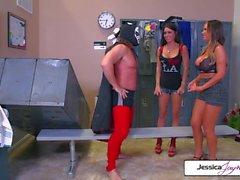 Джессика и Никки берут гигантский член в своих мокрых дырах