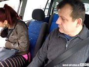 Real Czech Prostitute nimmt Geld für Sex im Auto